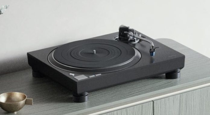 This turntable by Technics is a much affordable successor to the SL-1500C