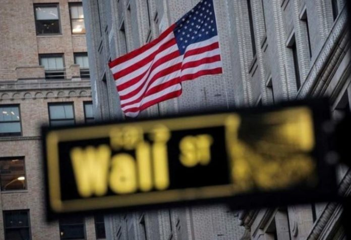 Wall Street benefits from the fact that lower bond yields boost tech stocks