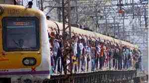 Mumbai: a man picks up a woman's phone on a train and drags her to the compartment gate;  is detained